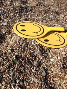 Illustrasjonsbilde av strand med to leker med smilefjes