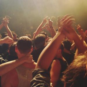 Illustrasjonsfoto: Folk som klapper på konsert