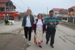 Guri sammen med to personer i Romania
