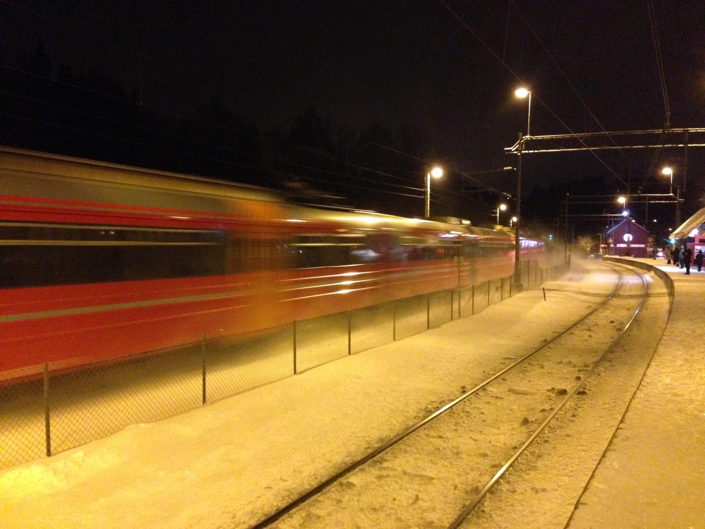 Bilde av tog og skinner
