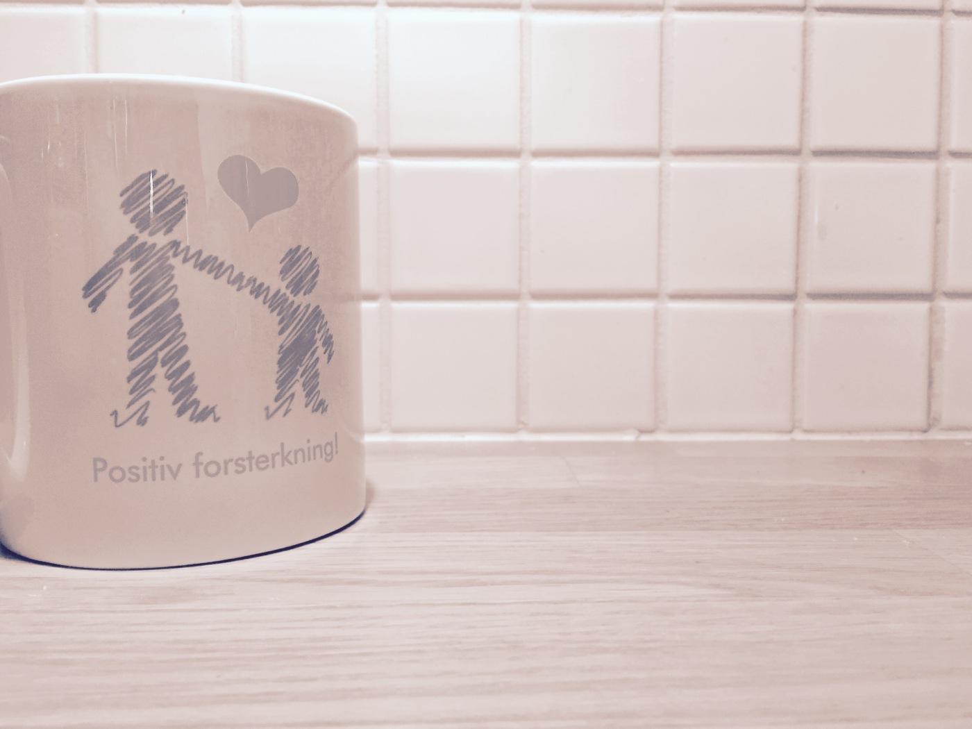 """Bilde av kopp med tekst """"positiv forsterkning"""""""