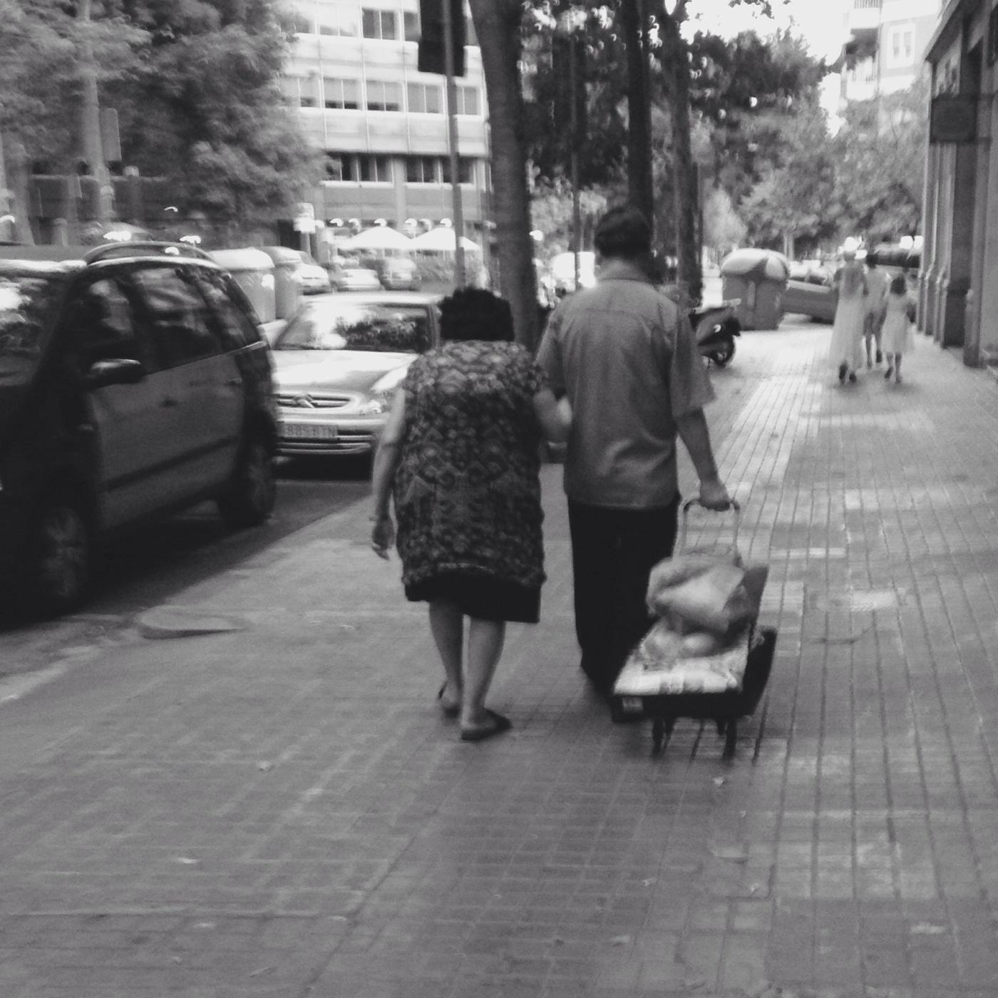 Illustrasjon: To eldre som går ned en gate