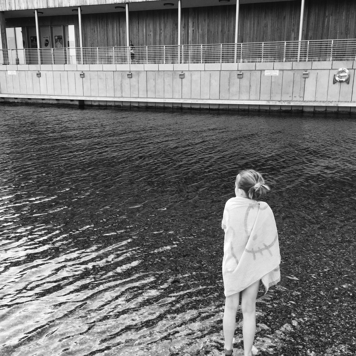 Jente som står på stranden, borgerne først