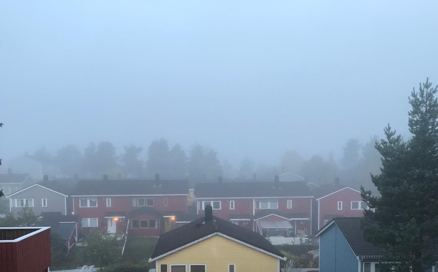 Bilde av hus og tåke