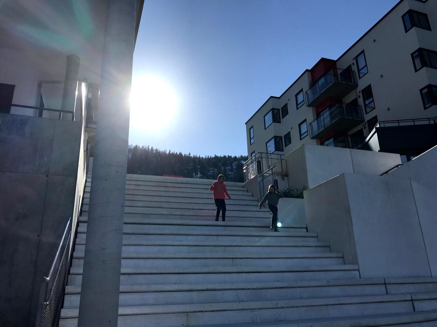 To barn som løper i en trapp