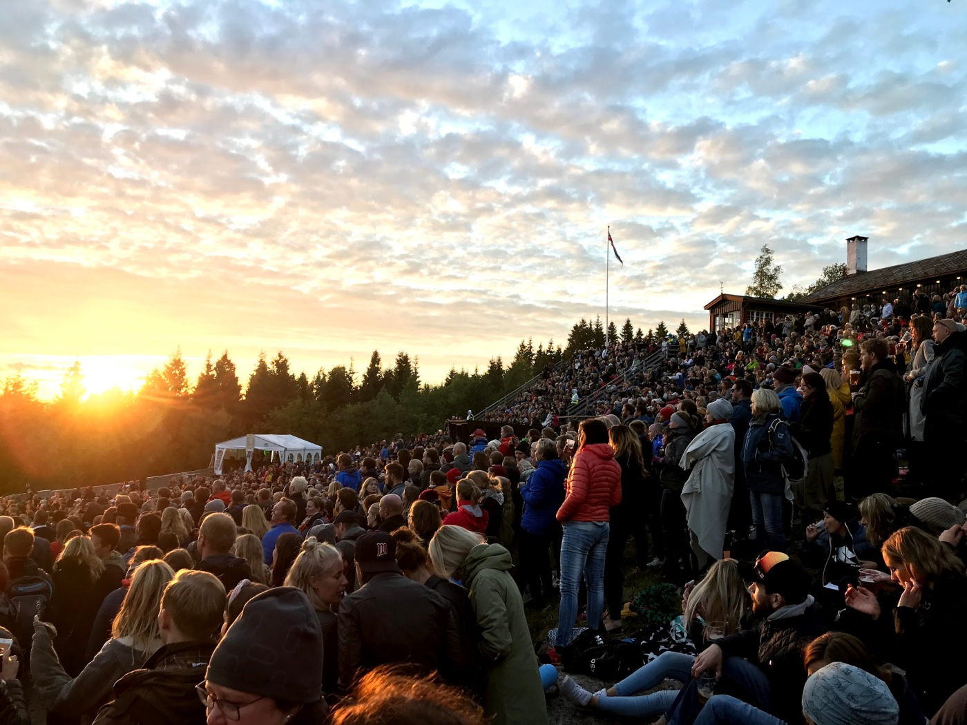 Bilde fra OverOslo. Publikum i solnedgang.