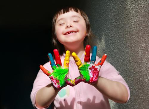 Jente med maling på hendene