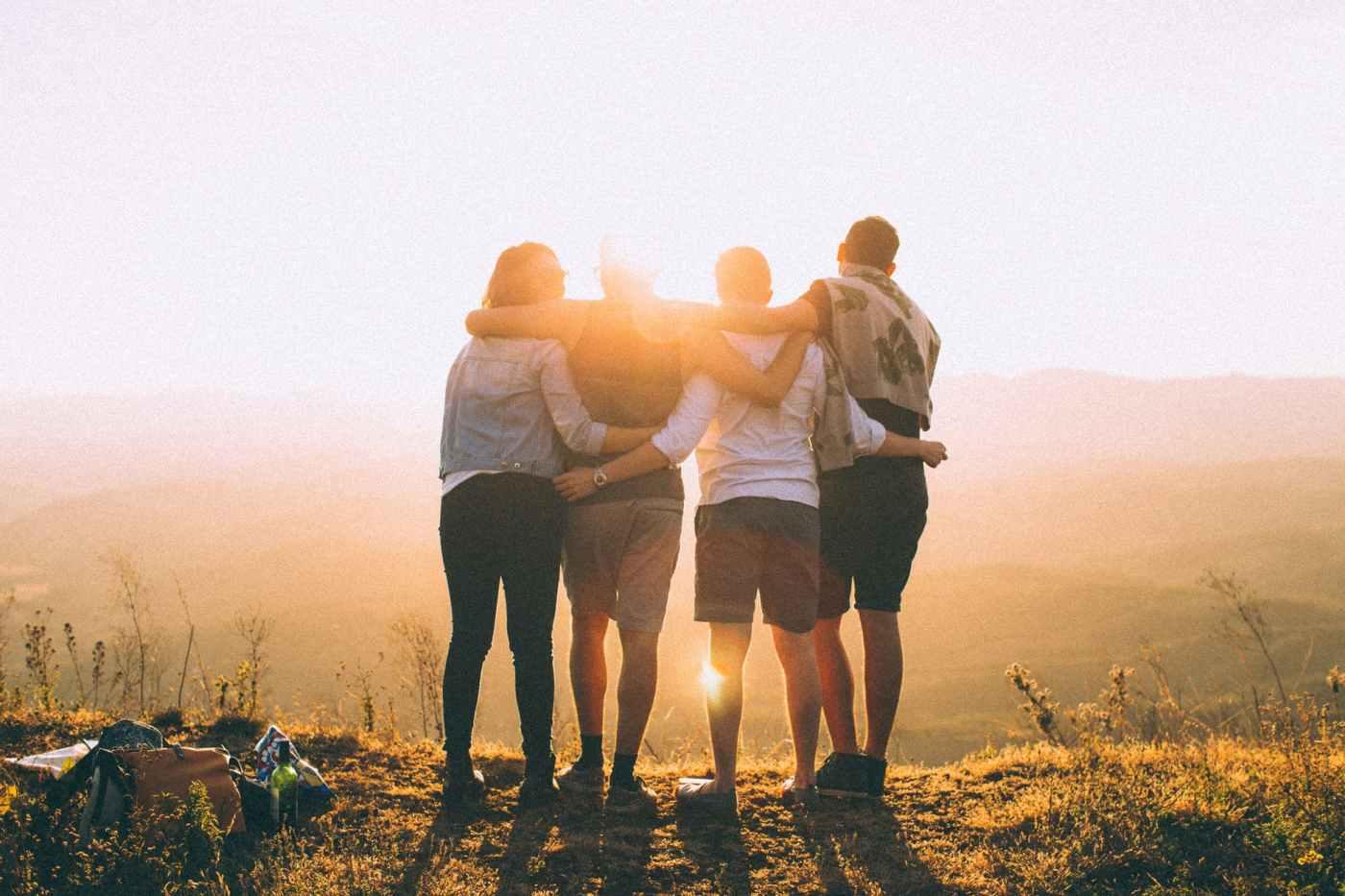 Folk sammen i solen