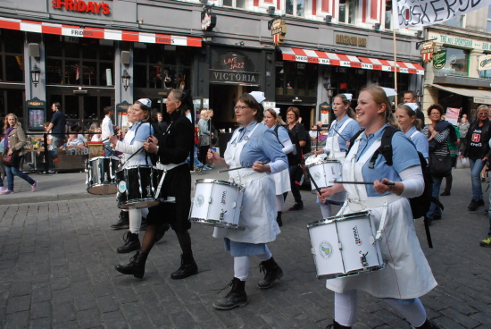 Sykepleiere med trommer i tog