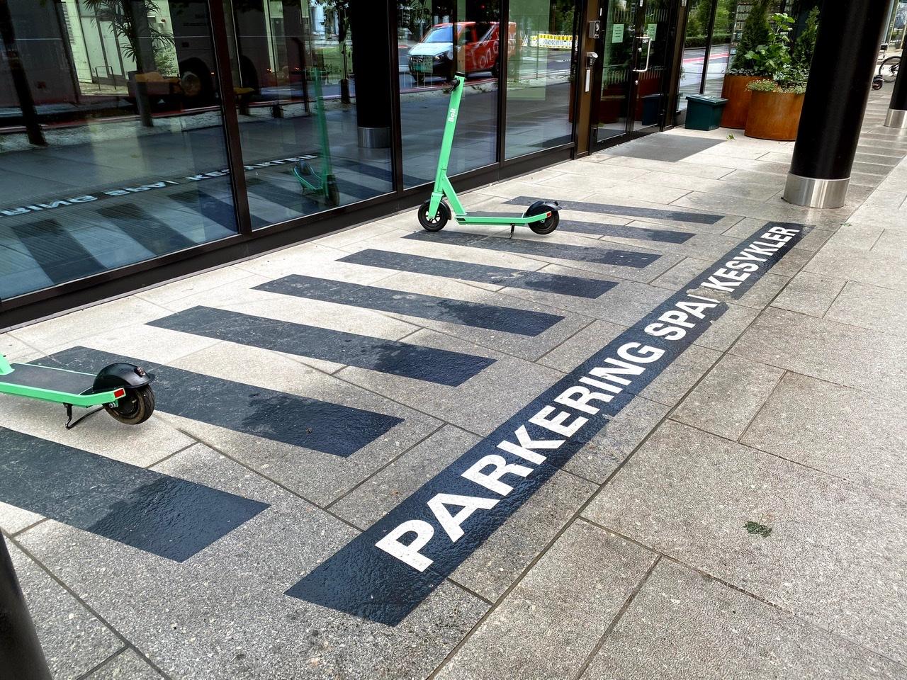 Bilde av en sparkesykkel på en parkering for sparkesykler